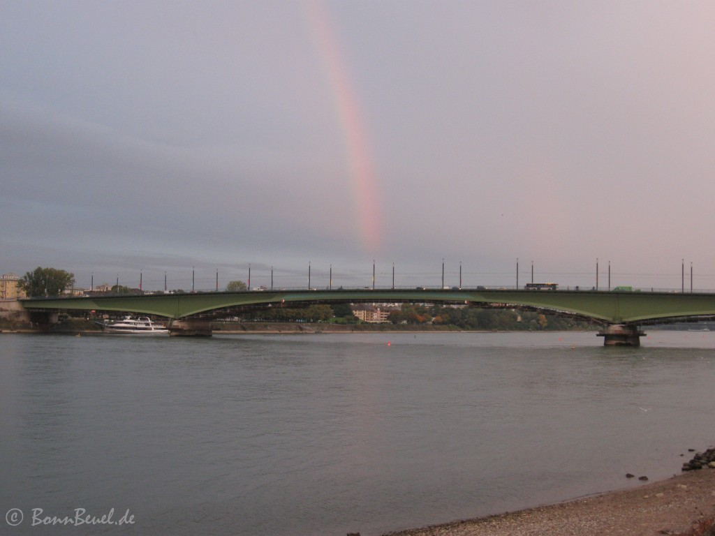 Regenbogen über der Kennedybrücke