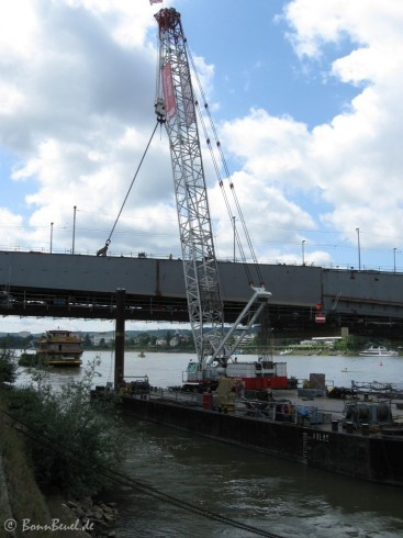 Schwimmkran an der Bonner Kennedybrücke