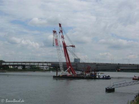 Schwimmkräne an der Kennedybrücke - 22.06.09