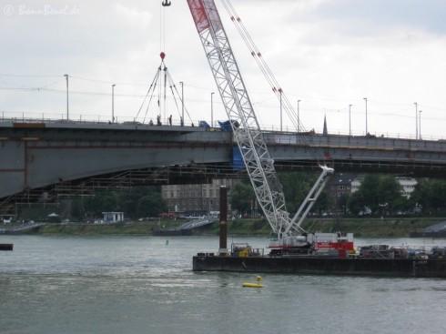 Kennedybrücke: Montage des Fußwegs (Kragplatten) - 02.07.09