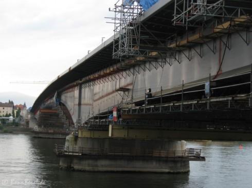 Kennedybrücke: Blick nach Beuel Fußweg komplett montiert - 10.07.09