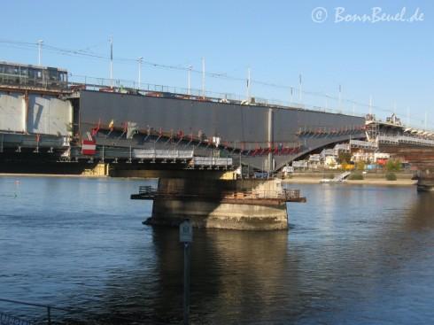 Südseite der Kennedybrücke: Stahlträgermontage über dem Brückenpfeiler