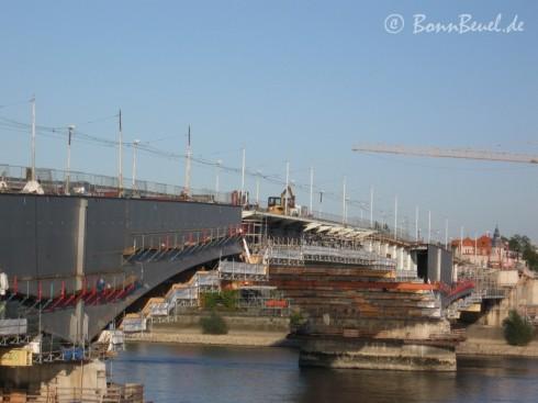 Überblick Südseite Kennedybrücke am 09.10.09: Gleichzeitiger Abbruch (Kragarme) und Montage der Verbreitung