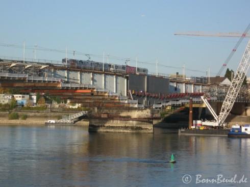 Kennedybrücke Südseite: Brückenpfeiler Beuel & Schwimmkran