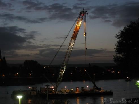 Kennedybrücke Bonn: Schwimmkran Atlas im Morgengrauen des 13.10.09