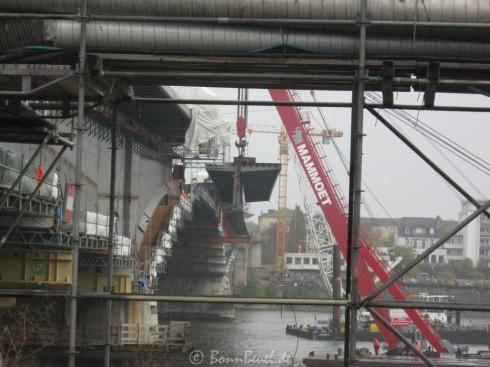 09.11.09 Kennedybrücke Hauptträger kurz vom Einheben