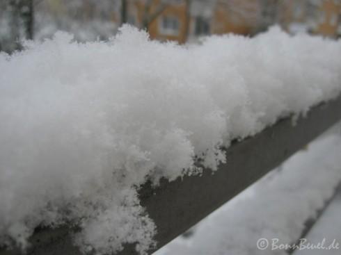Schnee auf einem Geländer