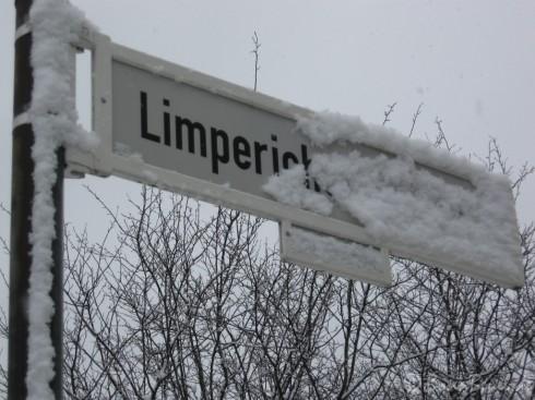 Schnee verdeckt Straßenschild / Limpericher Straße